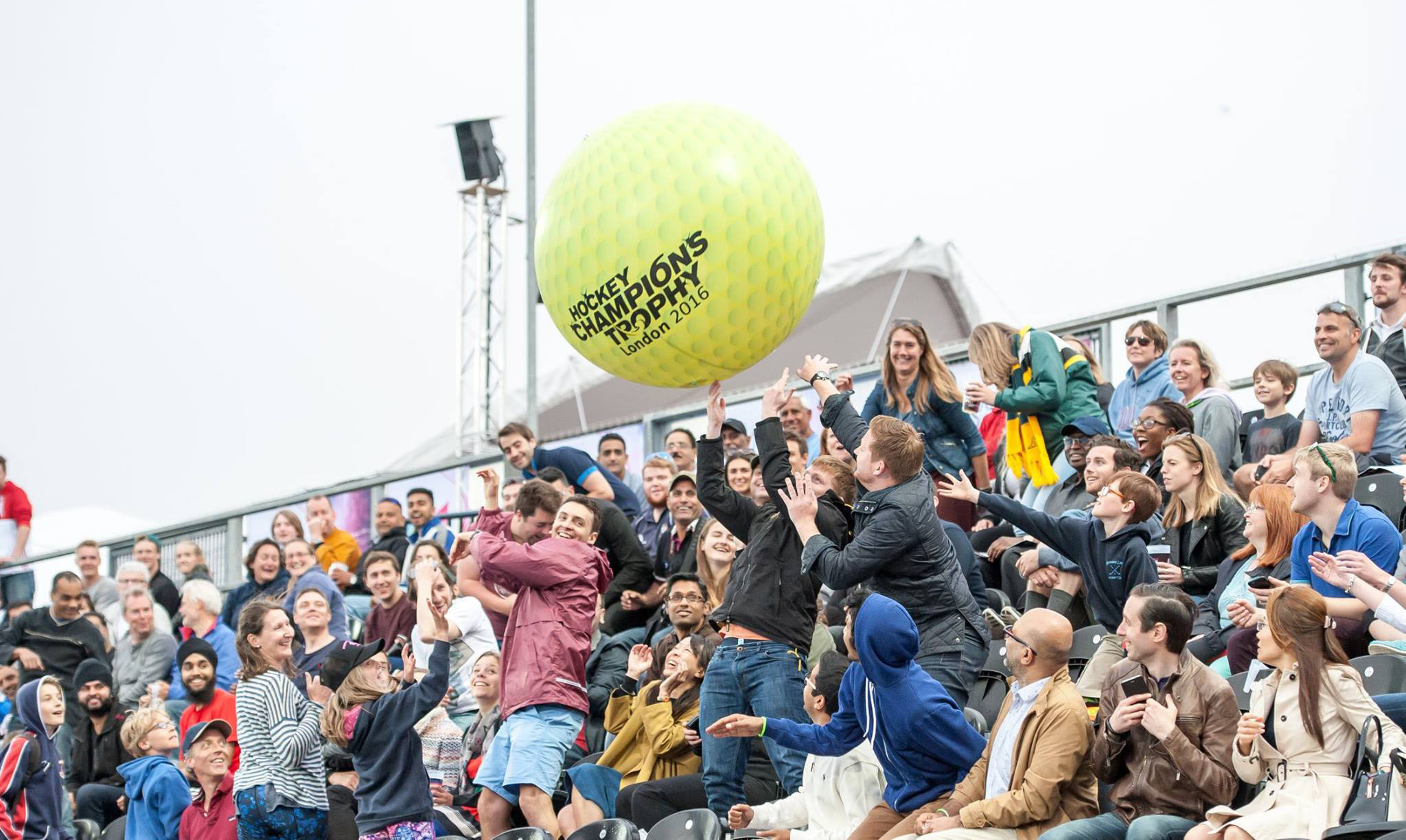 ola-ball, giant inflatable ball, giant inflatable ball price, giant inflatable ball produzione, giant ball concerts, giant beach ball, fan engagement grand stand, sponsorship activation, crowd surfing ball, sport sponsorship, 3e60sport
